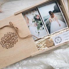 Ох...скільки повідомлень ми отримали щодо цих боксів🎀   Тому за вашими проханнями, ми знову відновлюємо їх виробництво 👌🏻 Щоб отримати ціну 220 грн за 1 шт. - треба замовити 5 шт.   Якщо вам потрібна менша кількість - ціна вища на 25% ( 275 грн)   Замовляйте! Usb Packaging, Brand Packaging, Packaging Design, Photography Packaging, Album Design, Wedding Book, Photo Book, Holiday Gifts, Wedding Photos
