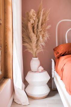 eine A-Frame-Verjüngungskur in Palm Springs ~ ETS – trendfarben 2019 wohnen Flat Interior, Interior Rugs, Classic Interior, Home Interior, Scandinavian Interior, Style Palm Springs, Pastel Bedroom, Modern Master Bedroom, Earthy Bedroom