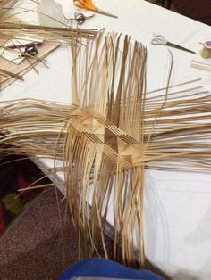 Picture Flax Weaving, Bamboo Weaving, Weaving Art, Weaving Patterns, Basket Weaving, Chevron Crochet Patterns, Coconut Leaves, Hawaiian Crafts, Maori Designs