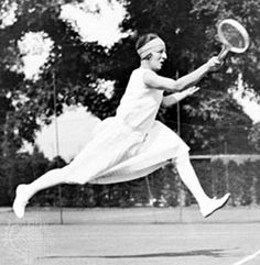 1922  Suzanne Lenglen  Adjusts bandeau and skirt  Between forehands and base