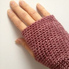 Crochet fingerless mittens by Haakt.nl in Cowgirlblues DK in colour Prickly Pear - Free pattern