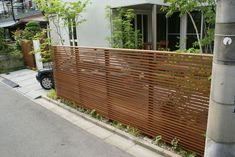 """Blindfold fence"" article of image House Fence Design, Garden Design, Exterior Design, Interior And Exterior, Garden Nook, Mid Century Exterior, Outside Room, Front Courtyard, Home Landscaping"