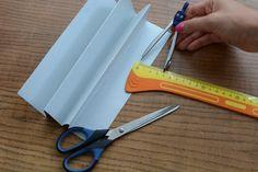 Poskládáme papír do harmoniky a do kružítka si dáme rozměry 4 cm, 3 cm a 2 cm, které přeneseme na poskládaný papír v podobě půlkruhů.