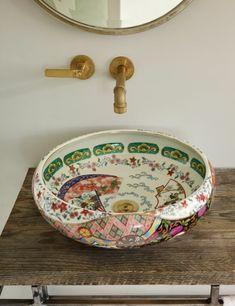 Massivholztisch mit Beinen aus Metall mit veraltetem Look, Keramiktrog mit schönen Zeichnungen mit Blumenmotiven, Zeichnungen mit Naturmotiven