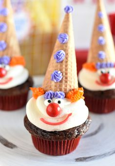 Looking to throw a fun circus party? These circus party ideas include fun decorations and food to serve, ideas of what to do at your party and free printables to make your party really pop! Clown Cupcakes, Clown Cake, Kid Cupcakes, Themed Cupcakes, Cupcake Party, Birthday Cupcakes, Cupcake Cakes, Circus Theme Cupcakes, Circus Cakes