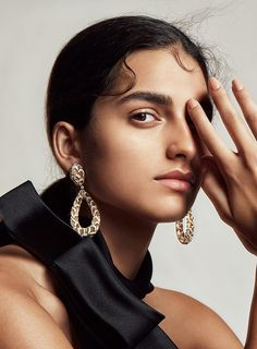 British model Saffron Vadher is styled by Leila Smara in 'L'Or Noir', a luxury jewelry and timepieces editorial lensed by Txema Yeste for Vanity Fair France April Makeup by Lloyd Simmonds; hair by Ali Pirzadeh Creative Fashion Photography, Fashion Photography Inspiration, Jewelry Photography, Editorial Photography, Jewelry Editorial, Editorial Fashion, Vanity Fair, Model Headshots, Gizele Oliveira