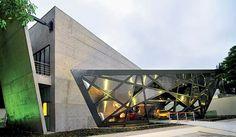 Na interface da estrutura metálica com as lâminas de concreto do corpo central do edifício, a estrutura foi fixada pontualmente com a aplicação de chumbadores químicos, sendo a vedação feita com rufos metálicos e silicone