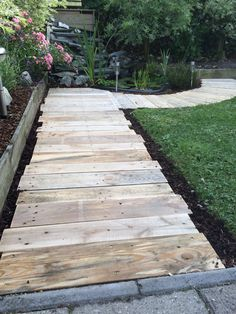 A pathway's function in your garden is not only for walking but also stating your garden's look. That's why you should consider your garden theme before Garden Yard Ideas, Backyard Projects, Outdoor Projects, Garden Projects, Garden Paths, Wood Walkway, Outdoor Walkway, Pallet Walkway, Gravel Walkway
