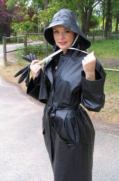 Adele,black mac and rubber gloves. Black Raincoat, Pvc Raincoat, Plastic Raincoat, Adele, Imper Pvc, Black Mac, Rain Fashion, Rubber Raincoats, Country Wear