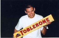 Le format XXL du Toblerone joue sur l'image fun et jeune du produit que les consommateurs aiment s'approprier, le produit n'est plus seulement que culinaire, mais il devient jeu.
