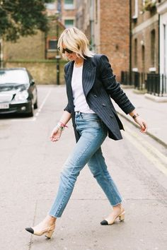 Dress Down Friday outfits: jeans with pinstripe blazer and white t-shirt Casual Friday Work Outfits, Summer Work Outfits, Work Casual, Casual Office, Casual Fridays, Office Chic, Trajes Business Casual, Business Casual Outfits, Friday Wear