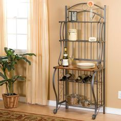 This Baker's rack is made of wrought iron and has got a classic style.