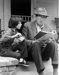 """""""Uno no comprende realmente a una persona hasta que no se mete en sus zapatos y camina dentro de ellos"""", enseñó Atticus Finch a sus hijos. El protagonista de 'Matar a un ruiseñor' es un abogado sureño que defiende a Tom Robinson, un negro acusado de violación en la Alabama de los años treinta, un territorio castigado por la Gran Depresión y por un racismo que parecía inexorable. Harper Lee publicó la novela en 1960 y a los dos años se estrenó la maravillosa película de Robert Mulligan, en..."""