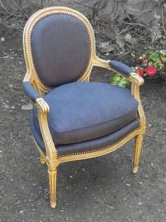 Fauteuil Médaillon en cabriolet style Louis XVI Tissu Toiles de Mayenne Furniture Upholstery, Upholstered Chairs, Dining Room Design, Dining Room Chairs, Royal Chair, Neoclassical Interior, Painted Chairs, Closet Designs, Vintage Chairs