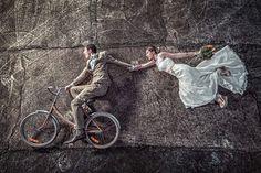 hochzeitsfotos lustig brautpaar szene bräutigam rad fahren braut fliegen