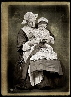 Learning to knit on mother's lap. Note the fine knitted lace bonnets. Old Pictures, Old Photos, Vintage Photos Women, Knit Art, Old Photographs, Vintage Knitting, Yarn Crafts, Knitting Projects, Fiber Art