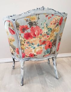 Colorful Accent Chairs, Floral Accent Chair, White Accent Chair, Floral Chair, Antique Couch, Antique Chairs, Vintage Chairs, Chair Upholstery, Chair Fabric