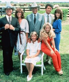 A promotional still from the American television series 'Dallas' shows the cast assembled on the property of the Southfork ranch, on the outskirts of Dallas, Texas, From left, American actors. Serie Dallas, Dallas Tv Show, Dallas Series, The Originals Actors, Tv Sendungen, Emission Tv, Mejores Series Tv, Tv Star, Victoria Principal
