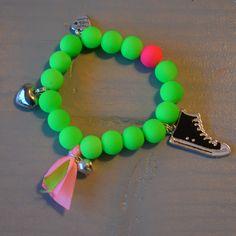Armbandje neon groen met sneaker | Welkom op Mirries.nl