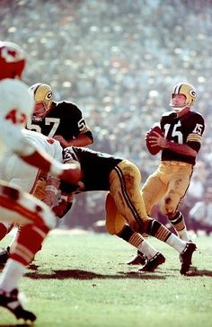 Bart Starr of the Green Bay Packers drops back to pass in Super Bowl I d5becda84