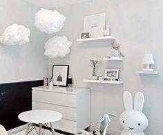 MALM ladekast | Deze pin repinnen wij om jullie te inspireren. IKEArepint IKEA IKEAnederland kinderkamer kind kids wit speelgoed spelen slaapkamer slapen opberger opbergen opbergmeubel kledingkast