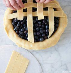 """In unserem Rezept werden die Heidelbeeren mit Zimt, Zucker und Zitronensaft verfeinert. Besonders schön: Der Pie-Deckel wird aus Teigstreifen """"gewebt""""."""