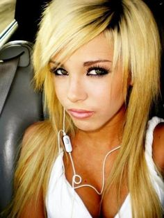 I like this choppy looking side bangs look. this is how I want my bangs when I get my dreads re-done :)