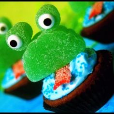 Frog Brownie Bites {Kids Edible Crafts} These fun frog treats can be created with all store bought supplies. Let kids create their own unique frog or make a… Frog Cupcakes, Lemon Cupcakes, Cute Cupcakes, Cupcake Cookies, Cupcake Toppers, Birthday Cupcakes, Kitty Cupcakes, Snowman Cupcakes, Giant Cupcakes