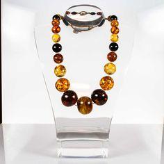 Preziosa collana degradante di Ambra multicolore proveniente da giacimenti del Baltico. La grandezza e la purezza delle sfere determina l'importanza e il pregio del gioiello. Sfrere da 15mm di fino a 41mm di diametro. Lunghezza collana 71cm gr260