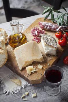 Huile d'olive, fromage, saucisson, vin. La vie est belle!