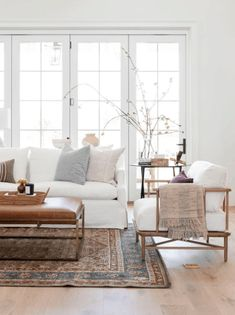Home Living Room, Living Room Designs, Living Room Decor, Living Spaces, White Couch Living Room, Living Room With Rug, Interior Design Living Room Warm, Danish Living Room, Living Room Bench