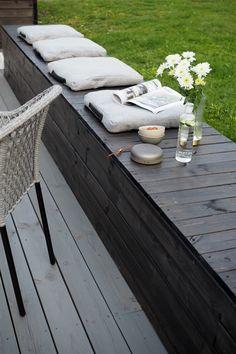 Her har interiørdesigneren valgt å kombinere Trebitt 90029 Naturlig Sølvgrå på terrassegulvet og Trebitt 0683 Sotgrå, en dempet sort tone, på blomsterkassene og sittebenken. En klassisk og fin kombinasjon, som gir rom for å variere med farger på puter og pledd. Staycation, Outdoor Furniture, Outdoor Decor, Pergola, Garden, House, Home Decor, Beige, Patio