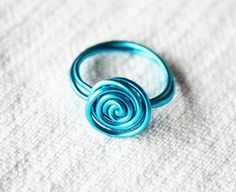 Have you got any wire lying around? Well, then you can make a beautiful ring in less than five minutes. After three rings I started to get the hang of it. Practice practice … Y DIY Fabric Button Ring