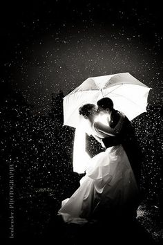 a kiss in the rain I wanna do this for pre-wedding photos