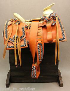 Excellent quality Charro saddle is imported from Mexico. Features beautiful honey-colored leather with a design of chomite pattern(white/black). Includes headstall and breast collar. Esta silla charro