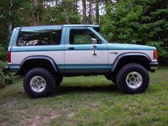 1989 Ford bronco II. 4-inch lift, Bushwacker fender flares, and 33-inch tires.