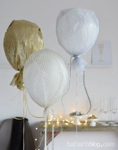 Halbachblog I Partydeko Silvester: Ballons mit Glitzerstoffen in Weiß, Silber und Gold I Dekoidee I Party I Stoff I fabric I glitter I Bänder I ribbons