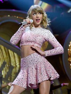 Pin for Later: Die Stars gaben sich die Klinke in die Hand beim iHeartRadio Festival  Taylor Swift machte ihre Lieblings-Pose.