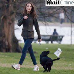 Duquesa passeia com seu cachorrinho por jardins do Palácio de Kensington