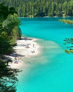 Lago nas Dolomitas, Itália