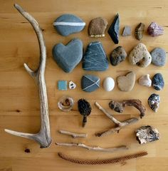 Nature found objects collection (by Adriana Oliveira) Wicca, Collections Of Objects, Nature Collection, Sticks And Stones, Find Objects, Nature Journal, Assemblage Art, Rock Crafts, Land Art