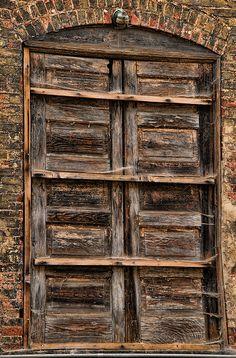 Antiga porta de madeira de uma velha construcao nas docas de Lynchburg, Virginia, USA.