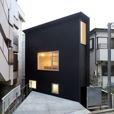 The OH House was designed by Japanese firm Atelier Tekuto and was built on an irregularly shaped lot 1.5 m lower than street level.