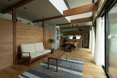 Konan House: ALTS DESIGN OFFICEが手掛けたリビングです。