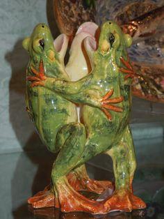 Majolica frog vase
