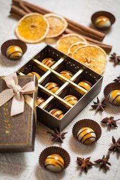 Csokoládé Reformer: Narancsos karamellel töltött bonbon Chocolate Candy Recipes, Mousse, Lollipop Candy, Chocolate Decorations, Christmas Cooking, Macaron, Winter Food, Cake Cookies, Food And Drink