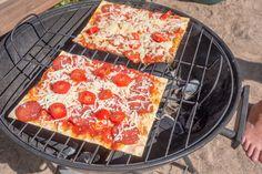 3 minuutin grillipizzat 200g ohutta rieskaa 200g tomaattimurskaa 1 pieni rasia kirsikkatomaatteja 75g pepperonimakkaran siivuja 200g juustoraastetta pizzojen pinnalle: tuoretta rucolaa nokareita maustamatonta tuorejuustoa vastarouhittua mustapippuria