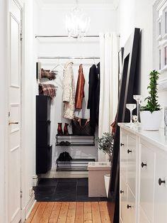 APARTAMENTO NORDICO CON COCINA ABIERTA AL SALON Small Dressing Rooms, House Inside, Wardrobe Rack, Entrance, Sweet Home, Interior Design, Closet, Furniture, Home Decor