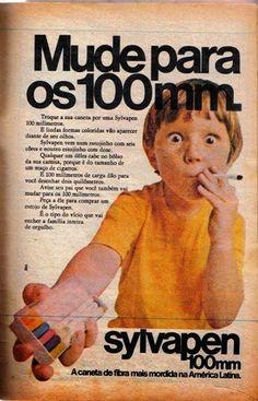 Aqui uma criança finge que está fumando para vender canetinha. | 26 anúncios antigos que seriam impensáveis nos dias de hoje