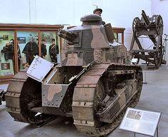 【ルノーFT17軽戦車】現在の戦車の先祖と言えるフランスの戦車。革新的な所が二箇所あり、一つは砲塔を取り付けたこと。これにより戦車は多くの武装無しで360度に攻撃できるようになった。もう一つは戦闘室とエンジンの隔離。エンジンは熱く、うるさいもの。このエンジンと乗員の乗る戦闘室を分けたことにより、乗員の疲れが軽減し、長い時間集中して戦うことが可能となった。ルノーFT17軽戦車はアメリカや日本など、第一次世界大戦中に戦車を開発しなかった国へ輸出・研究され、自国戦車開発の糧となった。特に日本戦車には第二次世界大戦までルノーFT17の特徴が残っていた